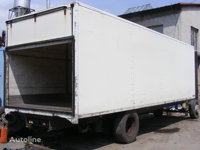 kamion s ravnom platformom prachotěsná nástavba MONTEX